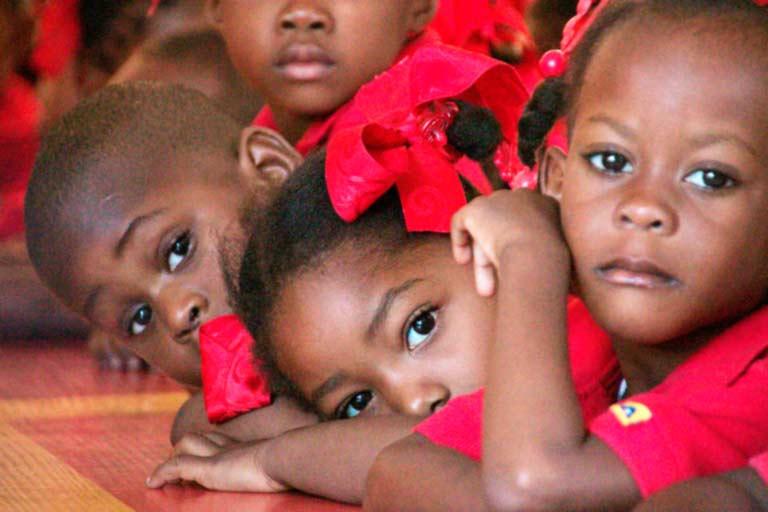 Pequeños haitianos atienden en clase